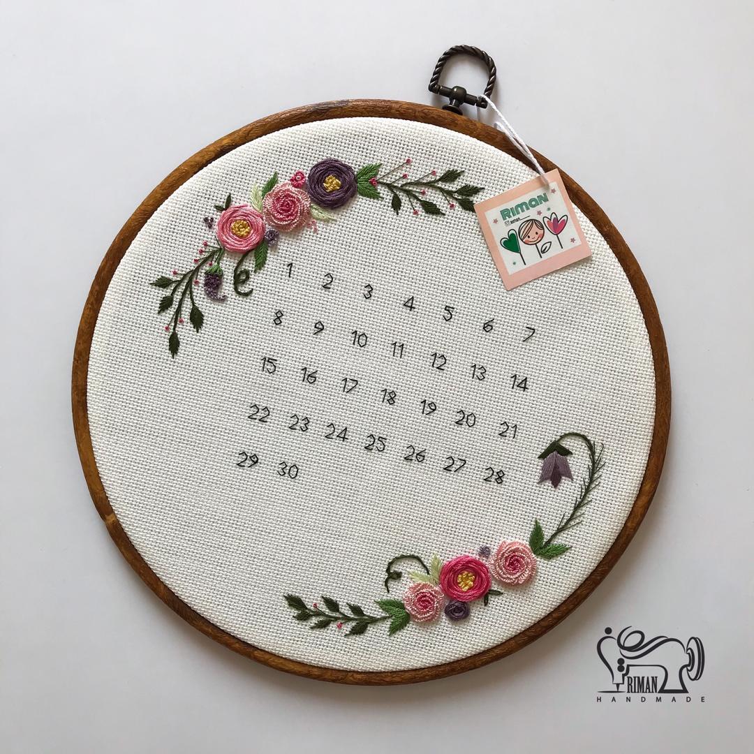 تقویم گلدوزیشده با قاب گرد کد 3